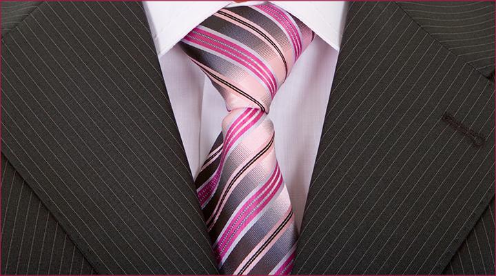 combinar gravata estampada